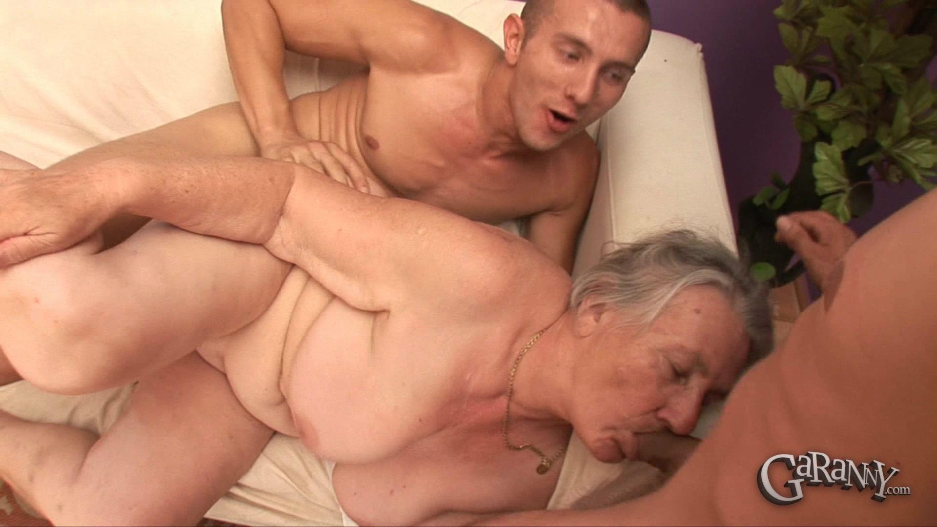 Бабушка сосёт член лысому деду